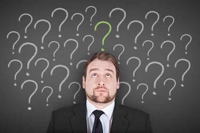 男性の上に沢山の疑問符の画像||競艇予想サイト 口コミ 評価 評判 検証 当たる 当たらない