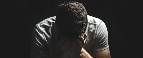 成人男性が悲しんでる画像