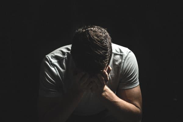 成人男性が悲しんでる画像||競艇予想サイト 口コミ 評価 評判 検証 当たる 当たらない