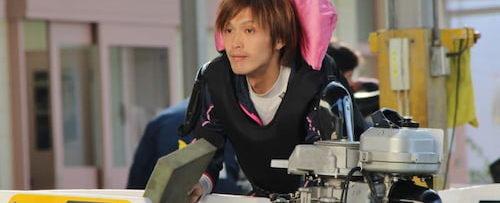 岡村仁がボートを押してる写真