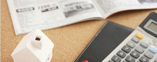 テーブルに電卓と筆記用具が置いてある画像||競艇予想サイト 口コミ 評価 評判 検証 当たる 当たらない