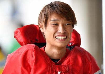 上田龍星がレース着をきて笑ってる画像