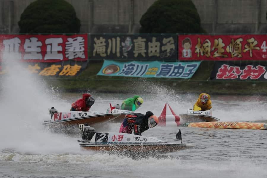 女子レーサーのレースしている画像  競艇予想サイト 口コミ 評価 評判 検証 当たる 当たらない