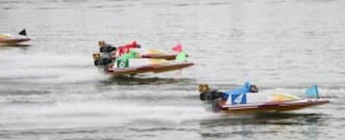 競艇のレースの瞬間の画像