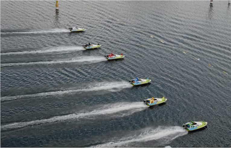 ボートが一斉にスタートしてる画像||競艇予想サイト 口コミ 評価 評判 検証 当たる 当たらない