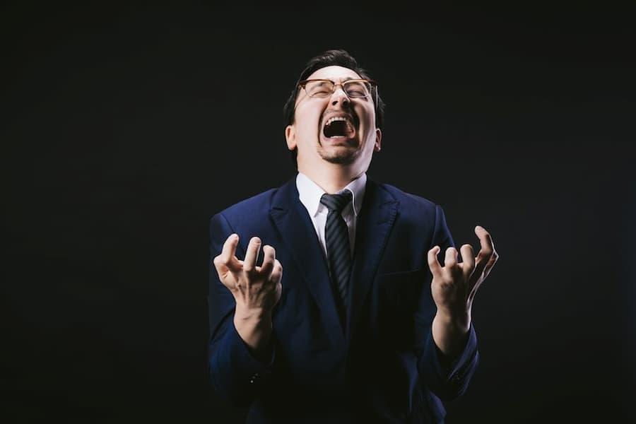 叫び狂っている成人男性の画像||競艇予想サイト 口コミ 評価 評判 検証 当たる 当たらない