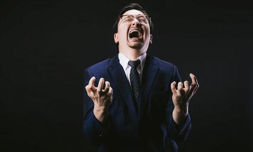 叫び狂っている成人男性の画像